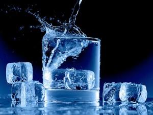 Вода не выливается из стакана