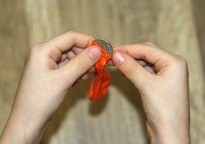 Опыт с монеткой и воздушным шариком